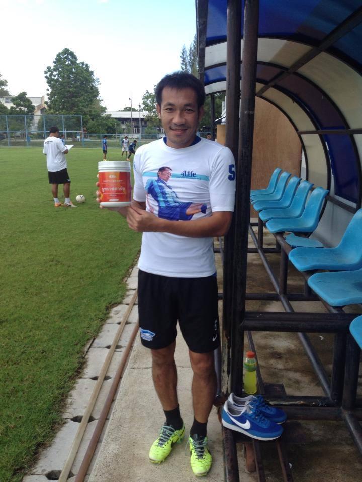 อดีตนักฟุตบอลทีมชาติไทย คุณ นิเวสน์ ศิริวงศ์ กองหลังจากค่ายชลบุรี FC
